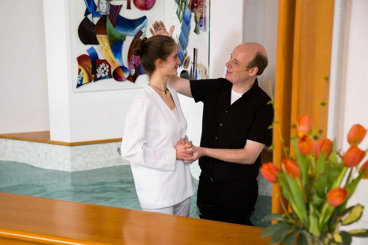 Pastor Moritz Allersmeier bei der Taufe. Foto: privat