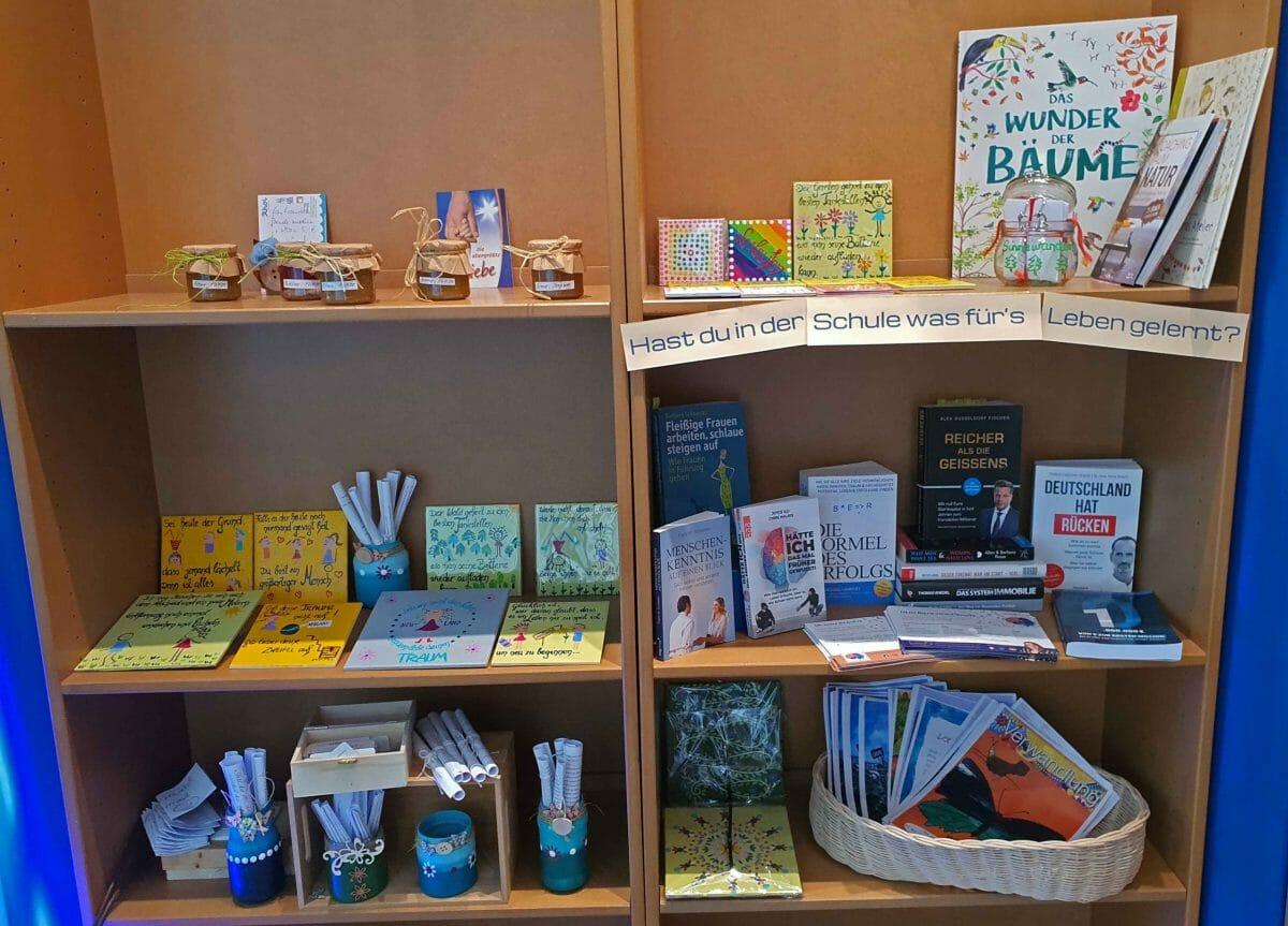 Marmeladen von Silvia, Yvonne's Fliesen und Stefanie's Literatur als Regalgemeinschaft. Foto: Maike Steuer