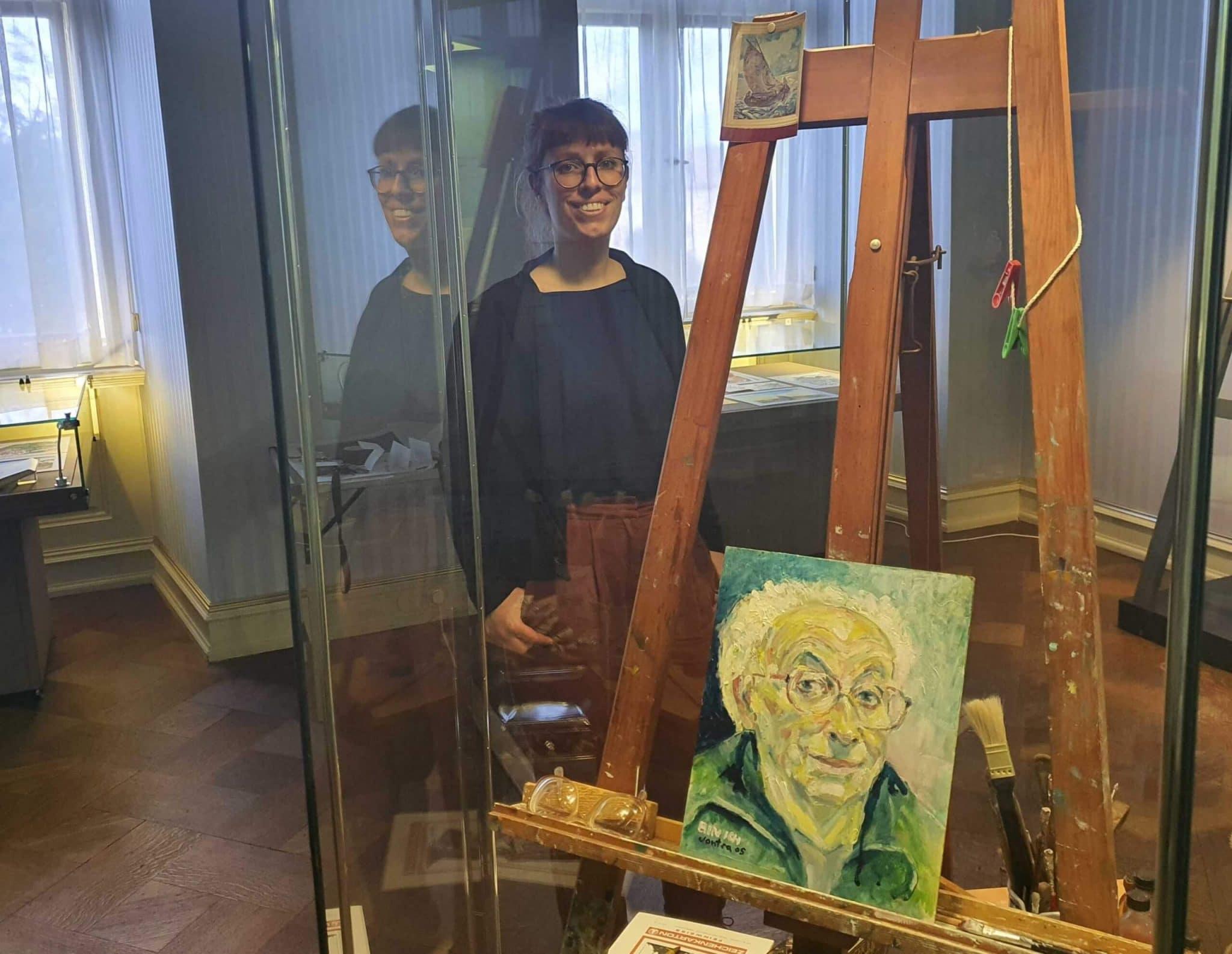 Kuratorin Anne Oswald mit dem gemalten Vontra, Foto: Maike Steuer