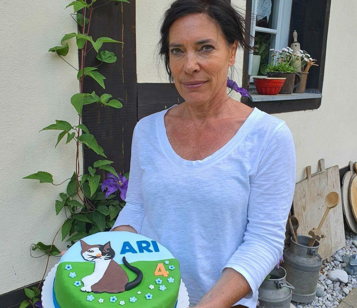 Maria Nitsch mit einem Lieblingskuchen. Foto: Maike Steuer