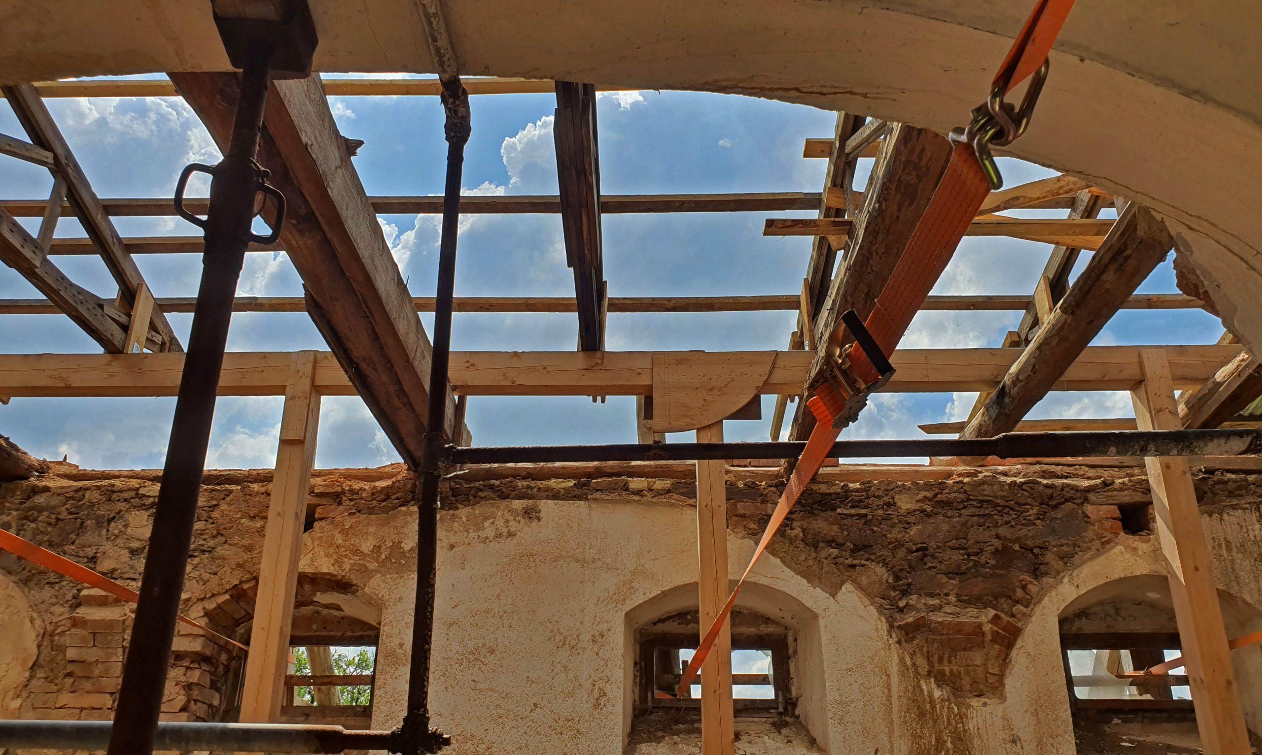 Dem Himmel zu nah. Das Dach muss neu! Foto: Maike Steuer