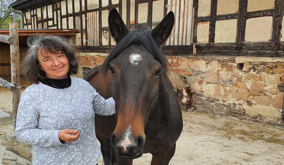 Eva Schumacher-Gerth mit ihrer Stute Amina auf dem Holzhof in Nischwitz, Foto: Maike Steuer