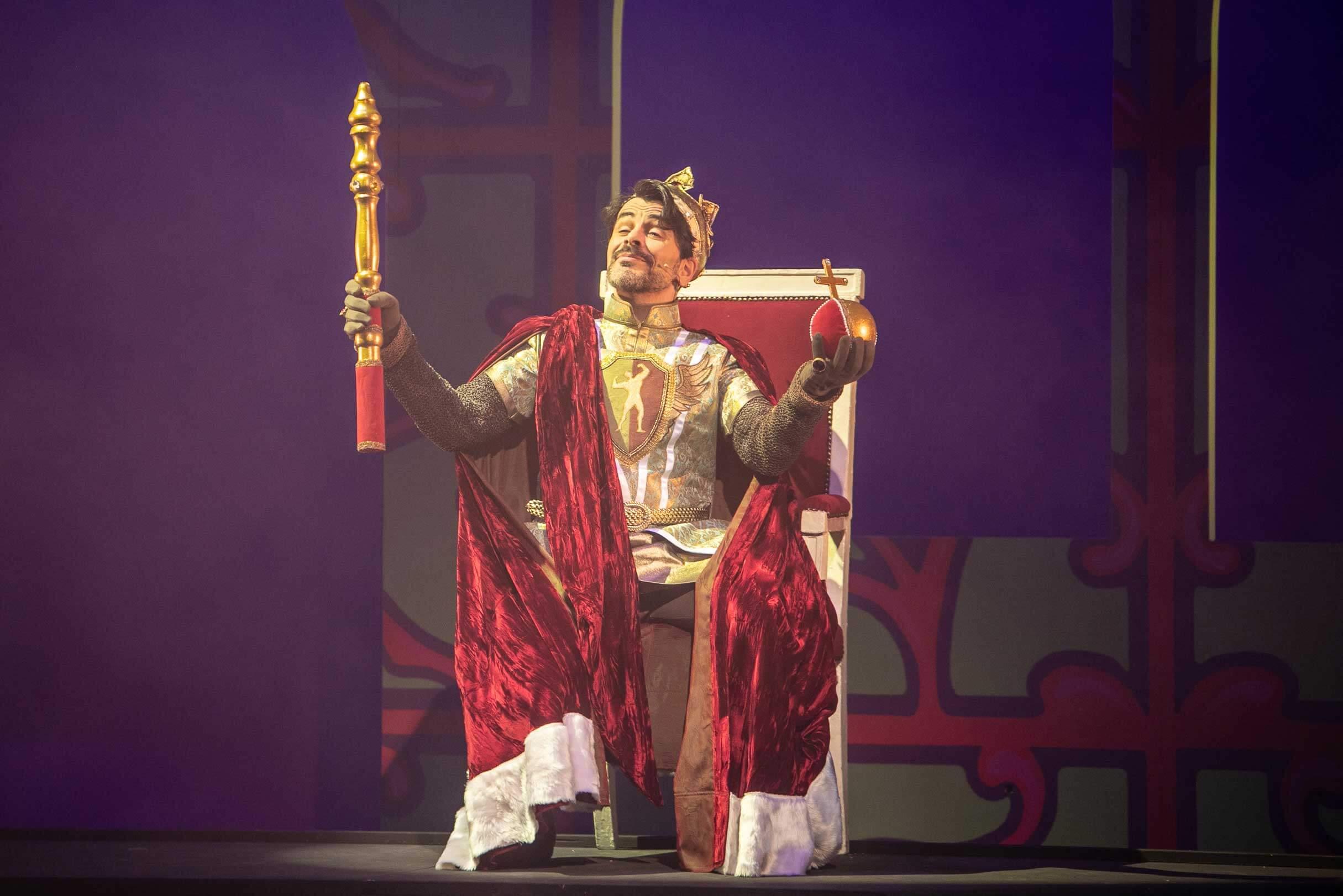 Manuel Struffolino mimt in Rumpelstilzchen den exzentrischer König Gunter, Foto: Ronny Ristok