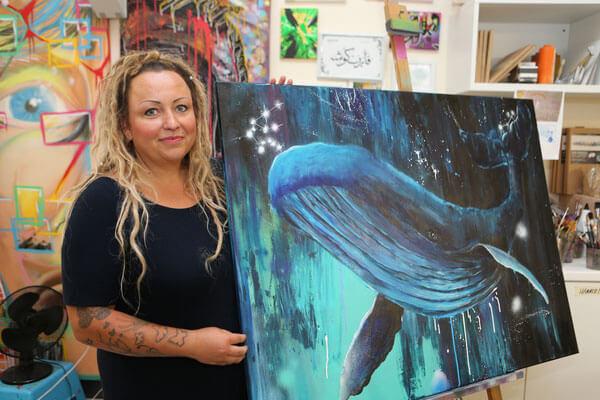 Susann Seifert mit einem ihrer Werke, Foto: Jens Paul Taubert