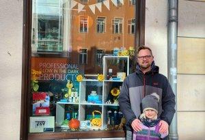 Lars mit seiner Tochter vorm Gewinner-Schaufenster, Foto: E. Seifert