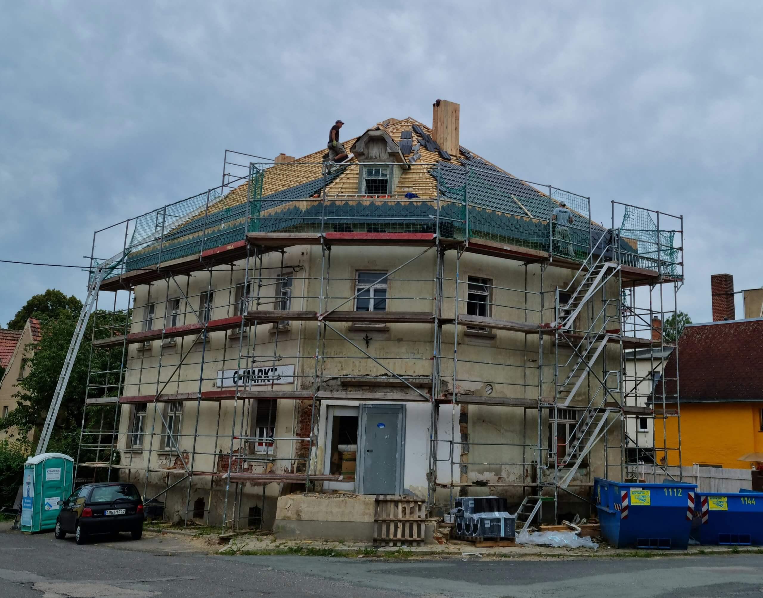 Ein neues Dach für den Konsum. Foto: Maike Steuer